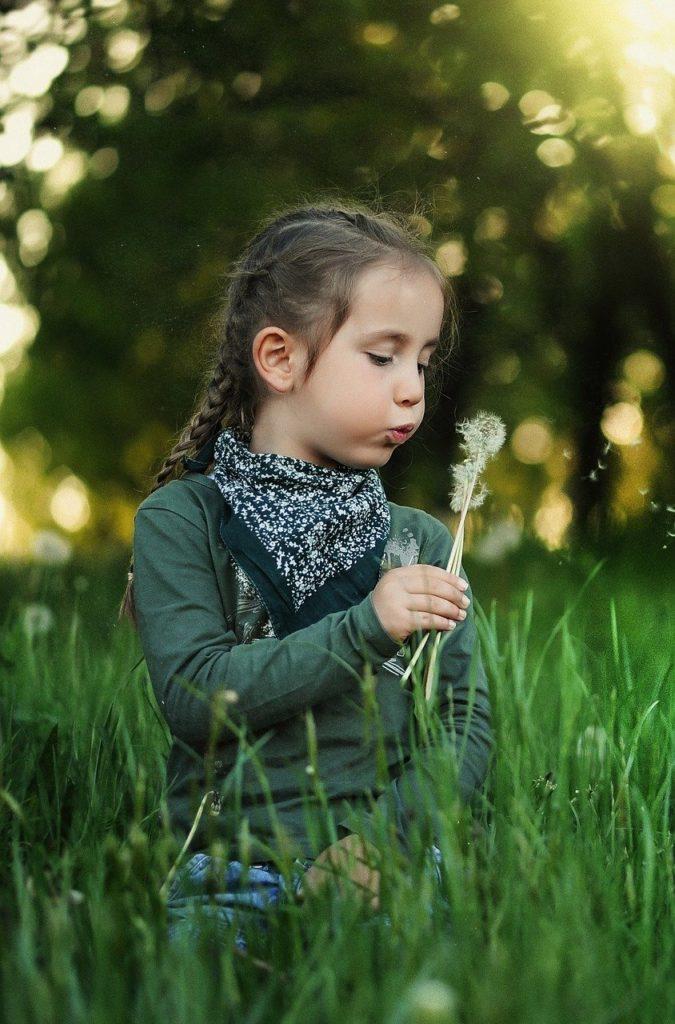 enfant dans la nature - pissenlit - liberté