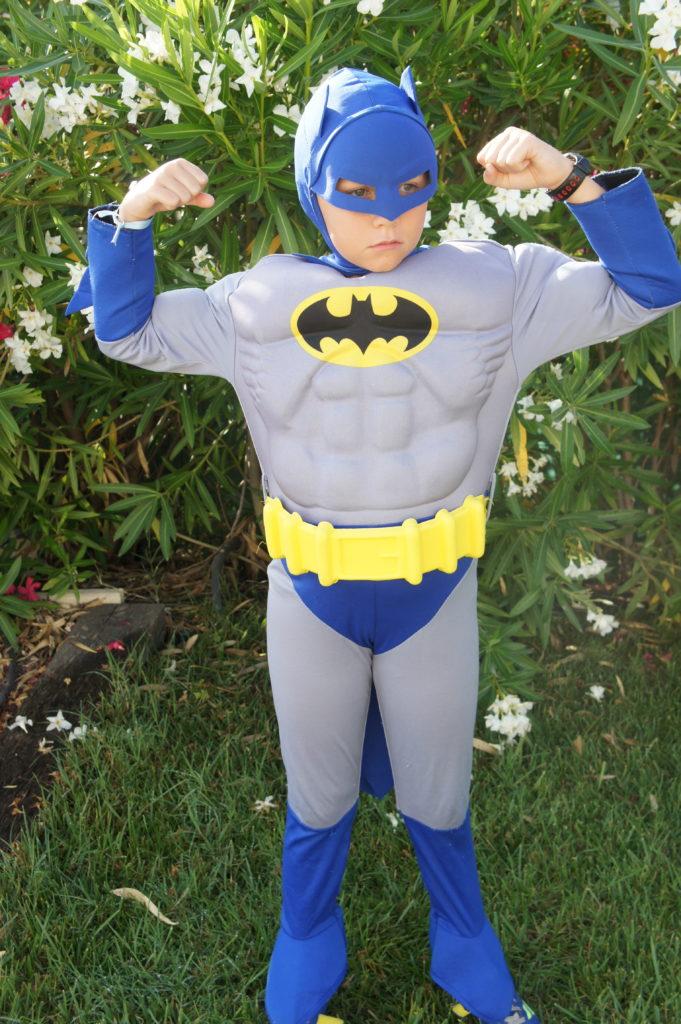 enfant déguisé en super-héros