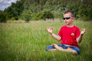 enfant calme qui médite - nature